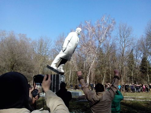 640px-Falling_of_Lenin_in_Khmelnytskyi_park